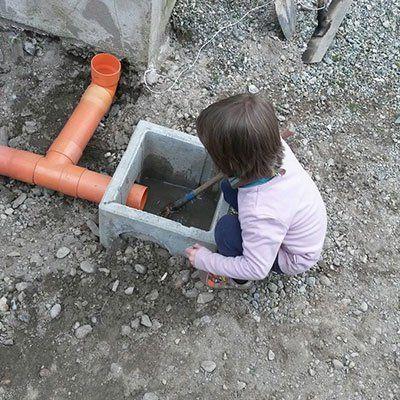 un bambino chinato davanti a un piccolo scavo