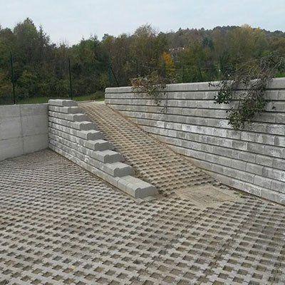 una discesa e un muretto di pietra