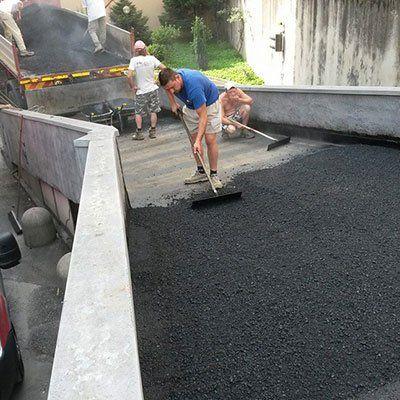 degli operai durante un asfaltazione