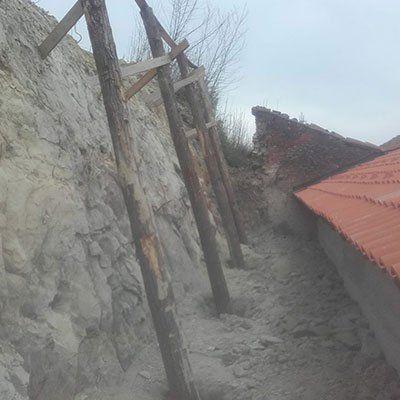 dei bastoni di legno in un terreno