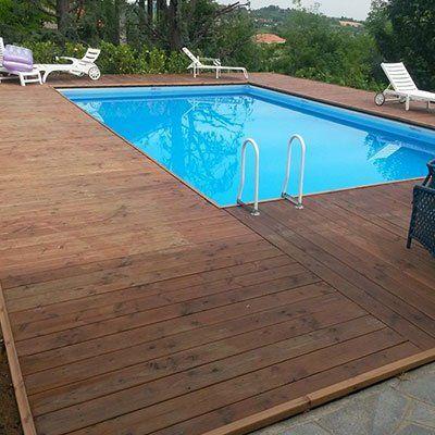 una piscina e il  bordo in liste di legno