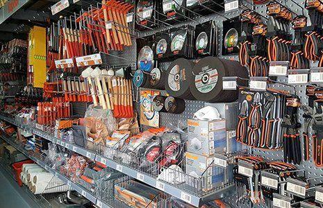 delle pinze e altro materiale in esposizione in un negozio