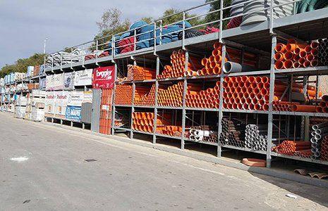un grande scaffale all'esterno con dei tubi arancioni
