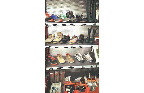 delle scarpe in uno scaffale