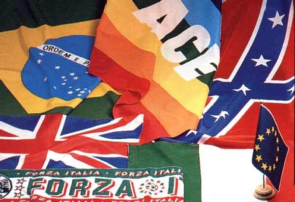 un insieme di bandiere di diversi stati e una della Pace