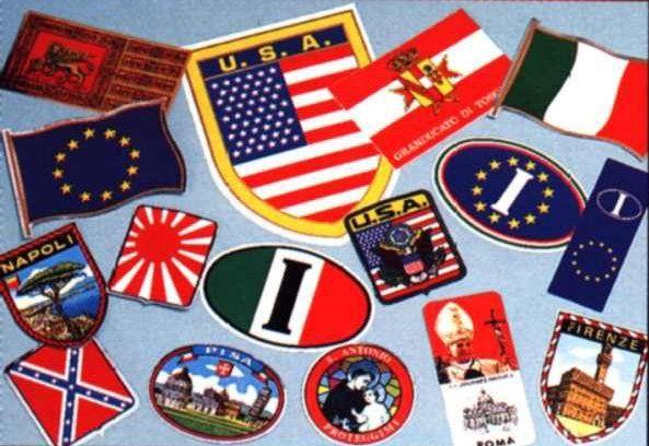 un insieme di toppe a forma di bandiere di diversi tipi e di diverse località