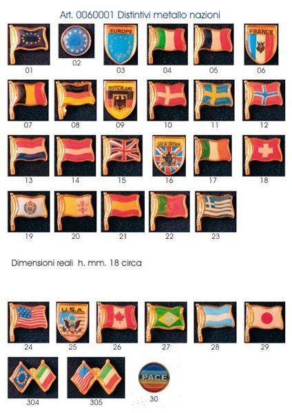 dei distintivi in metallo raffiguranti delle bandiere di diverse Nazioni