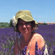 Foto della naturopata Eleonora in un campo di fiori di lavanda
