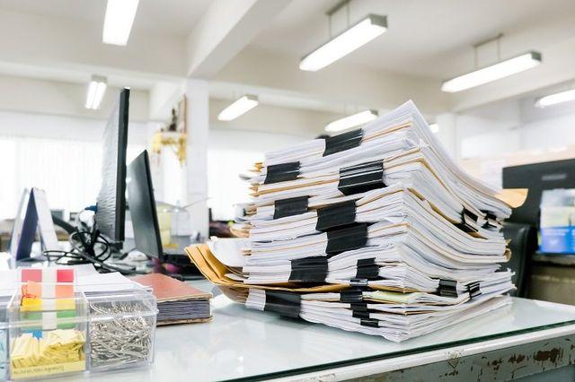 una scrivania con dei fascicoli sopra