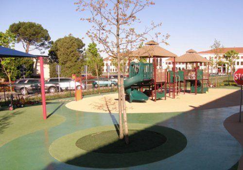 aiuole e giardini artificiali in un parco giochi