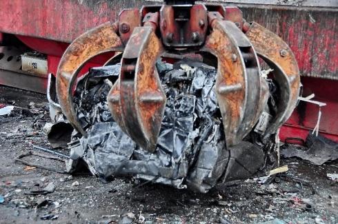 braccio da demolizione distrugge auto