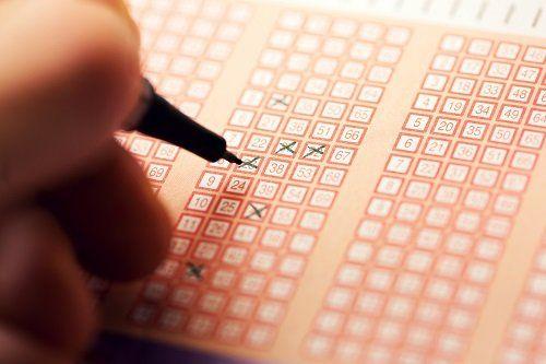 Compila un biglietto di lotteria per lotto di bingo