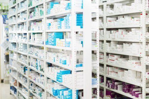 Scaffali della farmacia con farmaci