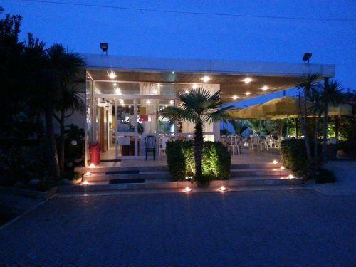 Vista notturna del accesso al ristorante