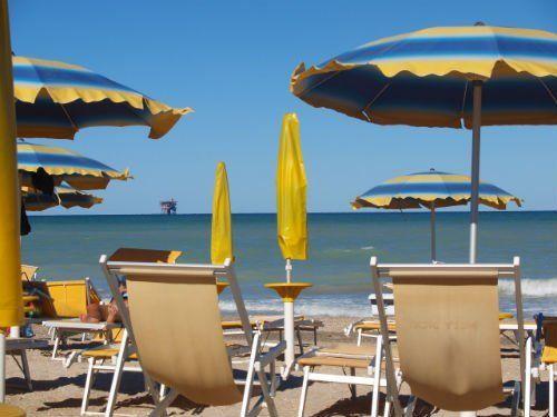 Ombrelloni e sedie a sdraio sulla spiaggia