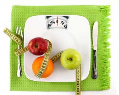 Una bilancia fa di piatto, frutta sopra,un metro e coperti