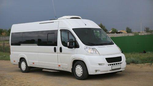 Bianco minibus sul campo contro il cielo