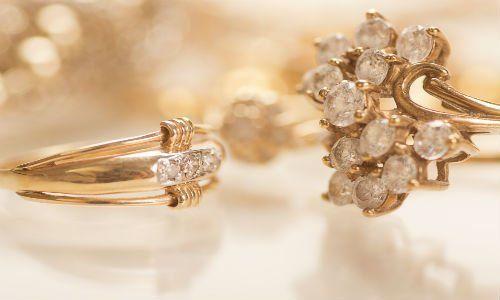 Due anelli d'oro e diamanti,uno a forma di fiore