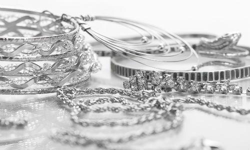 Più i gioielli di platino e diamanti