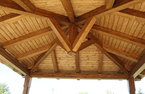 un sottotetto in legno