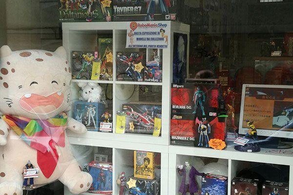 interno di un negozio con vista di alcuni giocattoli e un grande pupazzo