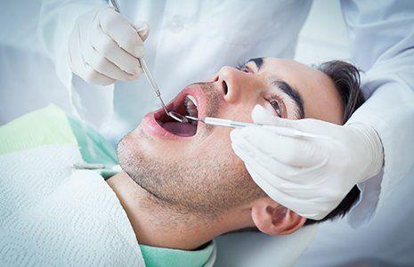 Dentista che visita un giovane