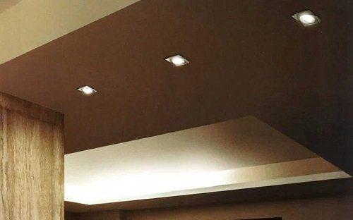 dei faretti sul soffitto