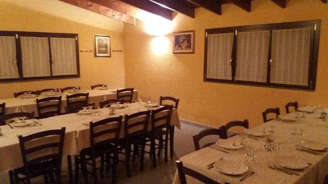 Bar nel ristorante, mensole con alcolici, bicchieri in esposizione