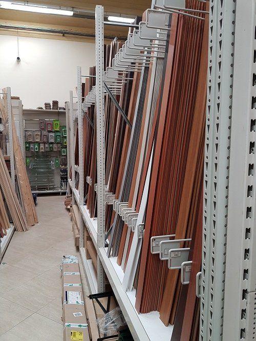delle liste di legno in uno scaffale