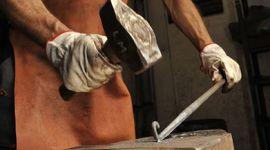 lavorazione artistica del ferro, lavorazione manuale del ferro, fabbro al lavoro