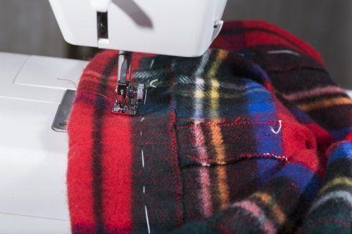ago di una macchina da cucire che cuce una stoffa