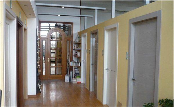delle porte bianche e una in legno marrone a vetri in esposizione