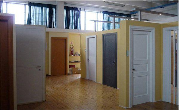 delle porte di diversi colori esposte
