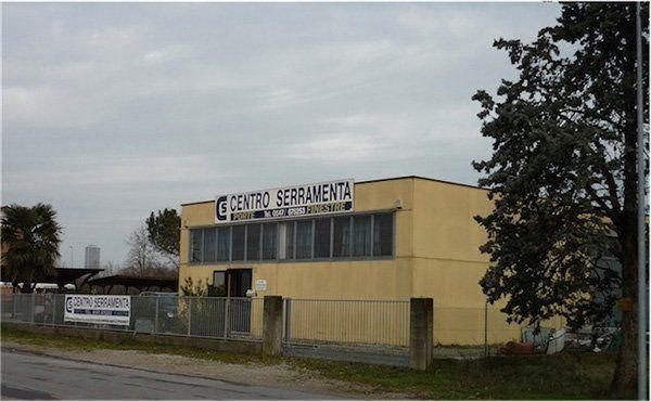 vista da lontano di uno stabile con la scritta Centro Serramenta