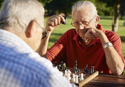 Due anziani giocando  scacchi