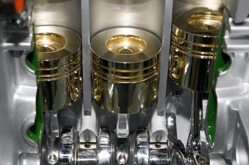 dettaglio di pistoni nel motore di automobile