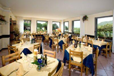interno di un ristorante con dei tavoli apparecchiati