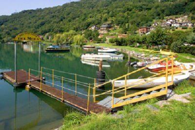 vista di un lago con il molo
