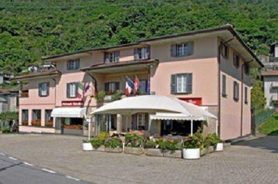 un albergo a due piani visto dall'esterno