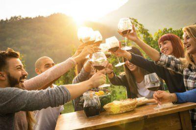 delle persone a tavola mentre brindano