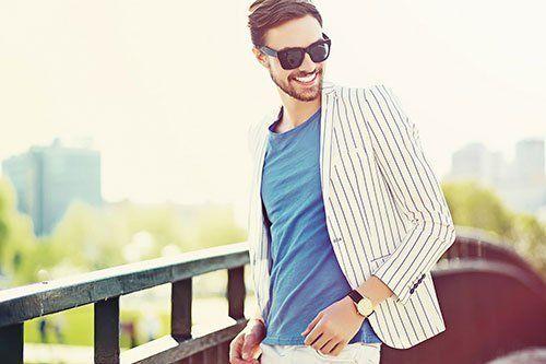 Giacca bianca di razze blu, maglietta blu e occhiali da sole