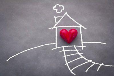 casa e sentiero disegnati con il gesso e un cuore posto al centro