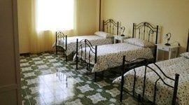 camera tripla con letti in ferro battuto