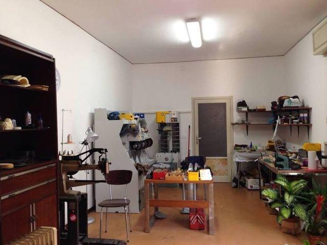 Interno del negozio con macchinari per fare o riparare calzature