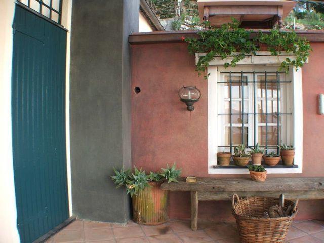 un cesto, dei vasi con delle piantine e una finestra