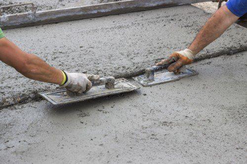 Operai durante posa del cemento