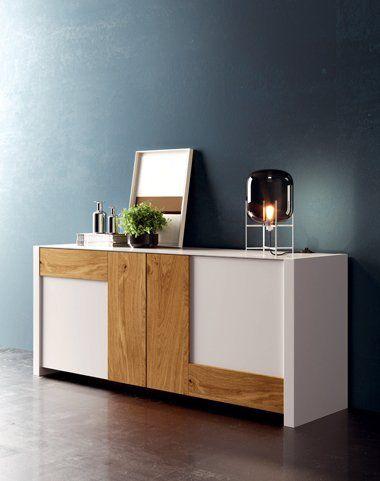 Soggiorno con divani rossi,poltrone bianca e mobili di legno