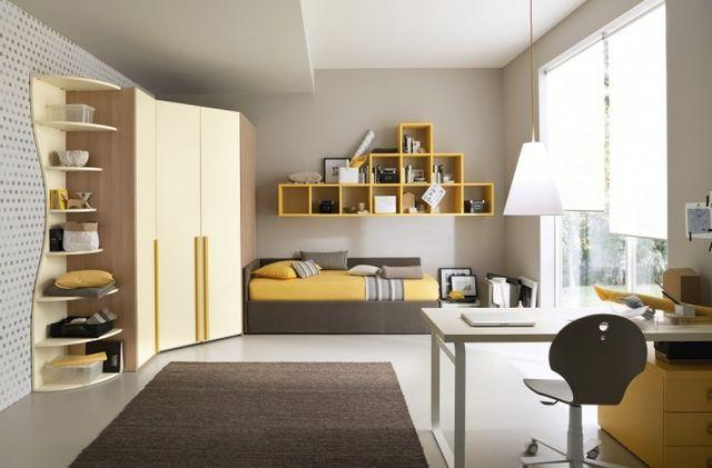Soggiorno,divano e poltrone beige, cuscini blu e beige