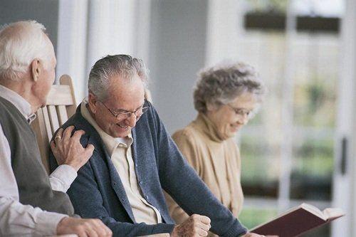un signore anziano con la mano appoggiata sulla spalla di un altro