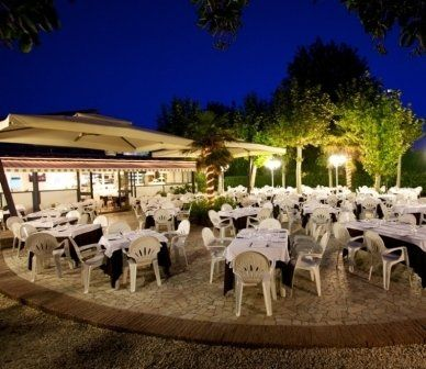 ristorante all'aperto, servizio all'aperto, ristorante con giardino